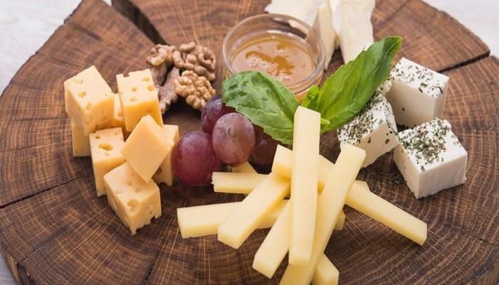Maneras de seleccionar y comer el queso como todo un francés