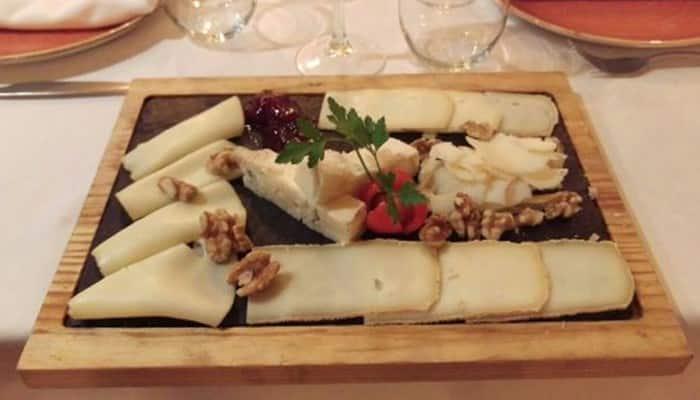Tabla de quesos italianos con frutas
